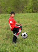 Asian boy playing football — 图库照片