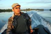 Mężczyźni na łodzi z silnikiem — Zdjęcie stockowe