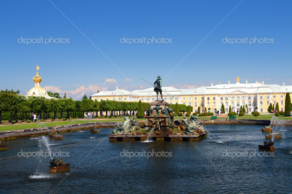 Neptune fountain in petergof park Saint Petersburg Russia — Stock Photo #1125409