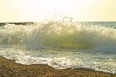 Deniz plaj dalgalar, su sıçramasına ve köpük ile — Stok fotoğraf