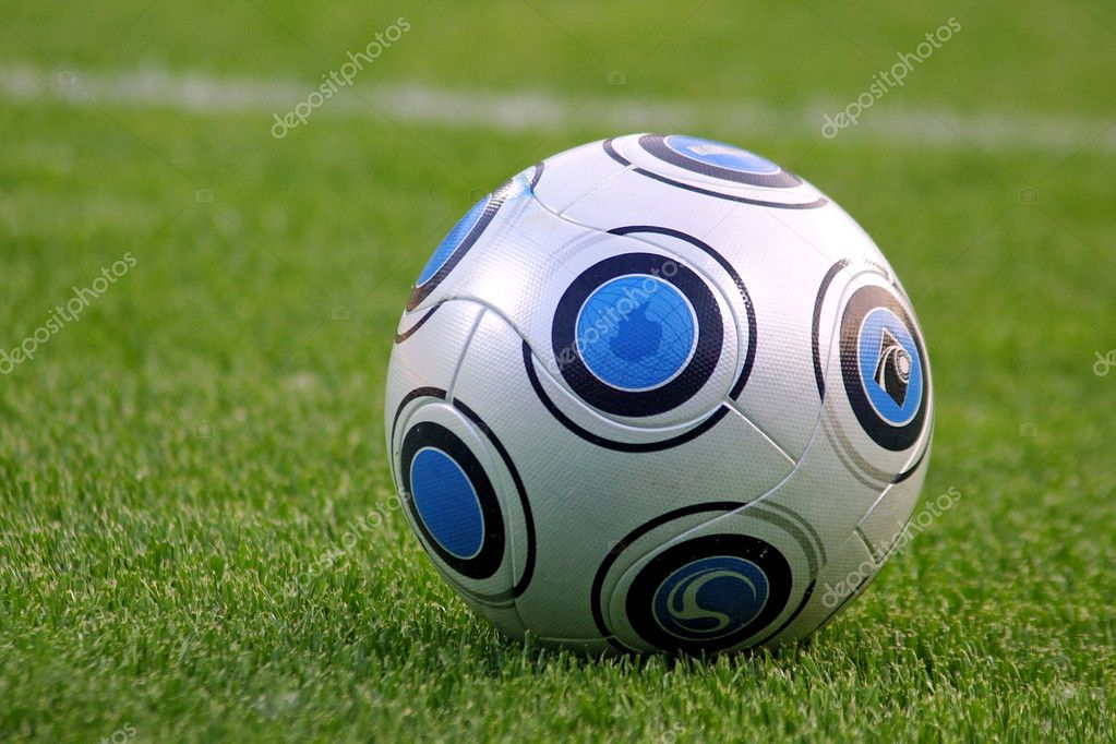 Close-up soccer ball on the green field, horizontal — Stock Photo #1126997