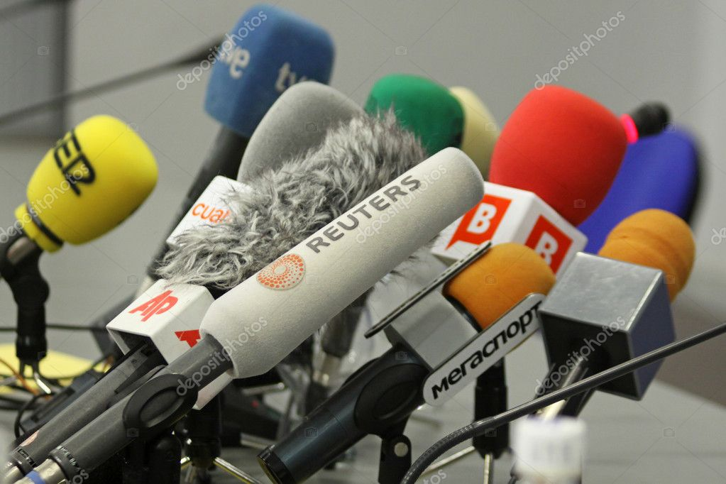 Microphones on a table during press-conference before UEFA Champions League football match between Dynamo Kyiv and FC Barcelona — Stock Photo #1464590