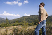 Young man look at the mountains — Stock Photo