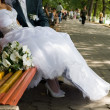 Foto Stock: Bride and groom on bench