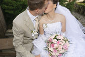 Bride and grome kissing — Stock Photo