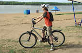 The bicyclist on a city beach — Stockfoto