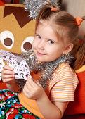 Flickan med en papper snöflinga — Stockfoto