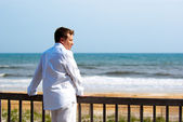 Man at the oceanfront — Stock Photo