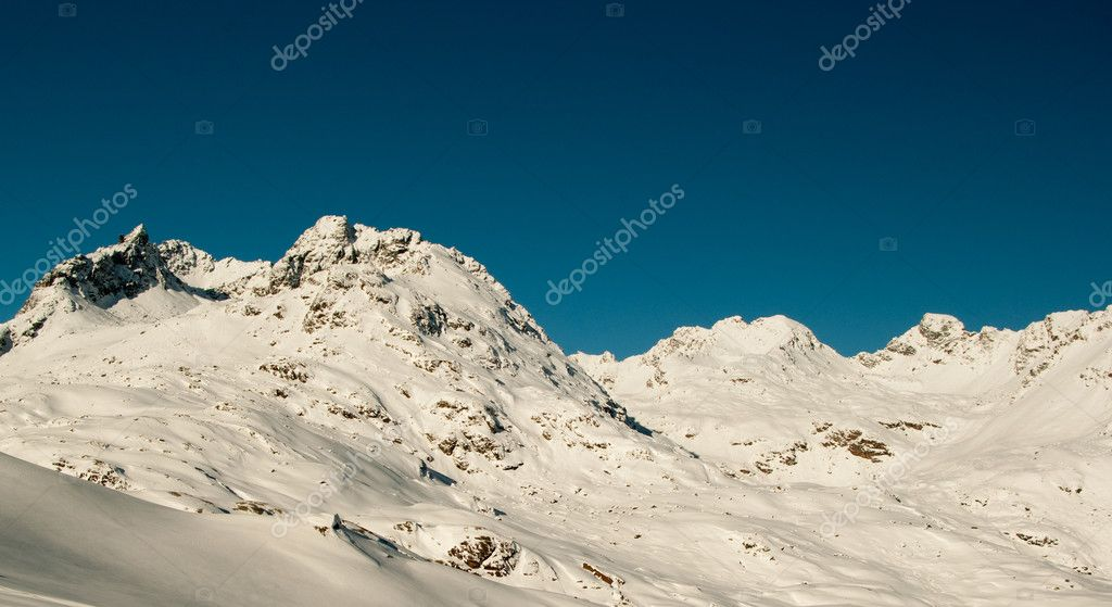 Beautiful winter landscape of snowy mountain peaks in Alps — Stock Photo #1542551