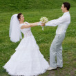 Happy newlyweds couple outdoors - Foto Stock