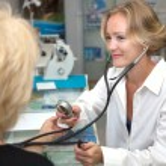 Doctor, examining patient — Stock Photo