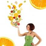 フルーツ サラダと美しい若い女性 — ストック写真