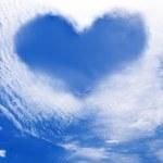 wolken maken een hart vorm againt een hemel — Stockfoto