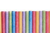 Creyones de colores dispuestos en línea aislada — Foto de Stock