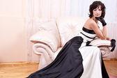 Femme en robe noir et blanc — Photo