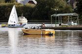парусные лодки на берегу лесного озера — Стоковое фото