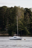 Segelbåt vid sjön skog — Stockfoto