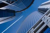 Vliegende vliegtuig en kantoorgebouwen — Stockfoto