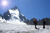 Två alpinister på en glaciär — Stockfoto