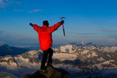 Mountaineer with mountains in background — Stock Photo