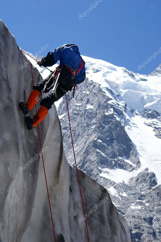 Ice-climber goes down downward on an ice wall                  — Stock Photo #1191893