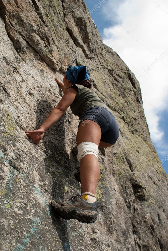 Beautiful girl, rises on a rocky wall — Foto Stock #1192215