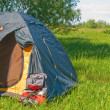 Green tourist tent and backpack - Stockfoto