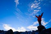 Rock-climber na tle nieba — Zdjęcie stockowe