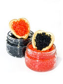 Red and black caviar in a heart — 图库照片