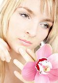 Portrét dívky s orchidej — Stock fotografie