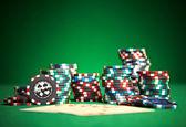 Speelkaarten op groene doek — Stockfoto