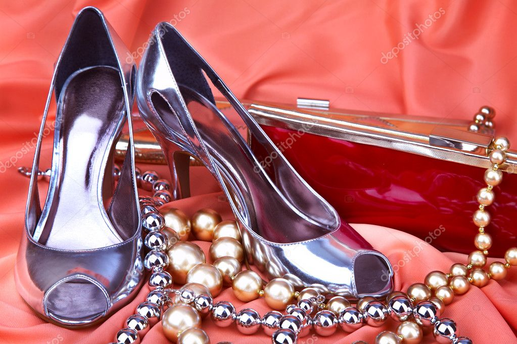 Female shoes with a handbag on a scarlet background — Stock Photo #1320119
