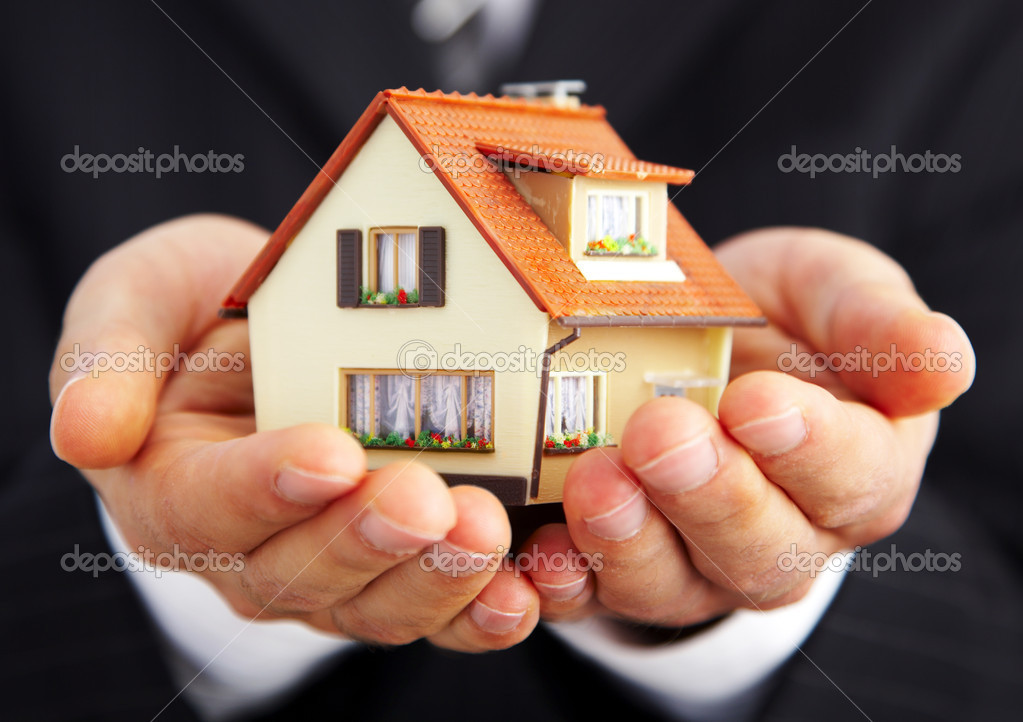 Hand of the businessman with the house... — Stock Photo #1324394