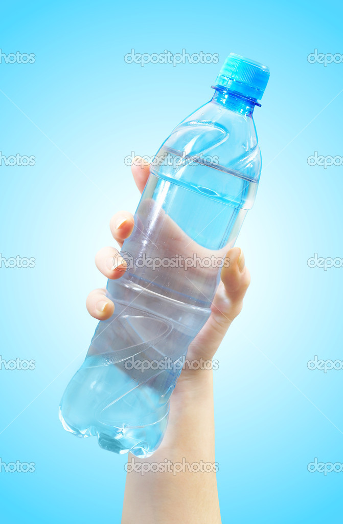The hand holds a bottle with water — Stock Photo #1324401
