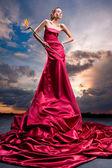 红色的长穿裙子的美丽女孩 — 图库照片