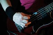 Guitarra en las manos — Foto de Stock