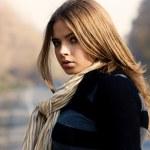 retrato de uma mulher bonita perto de uma estrada — Foto Stock