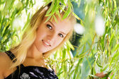 девушка в листьях — Стоковое фото