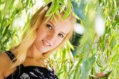 Chica en hojas — Foto de Stock