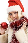 Mujer joven con la bola de la Navidad — Foto de Stock