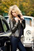 附近的豪华轿车的女孩 — 图库照片