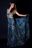 νεαρή γυναίκα στην όμορφη μακρύ φόρεμα — 图库照片