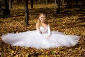 Braut sitzt in einem park — Stockfoto