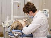 In een kabinet van de stomatologist. — Stockfoto