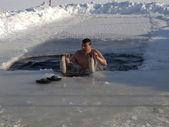Balneazione in un buco di ghiaccio. — Foto Stock