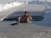 Koupání v díře v ledu. — Stock fotografie