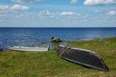 Três barcos de madeira velhos, na margem do lago — Foto Stock