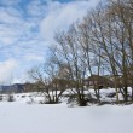 Small village near frozen lake — Stock Photo