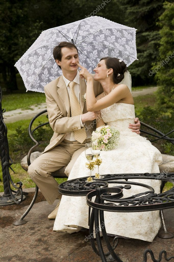 Just married couple walking in the park — Stock Photo #1125225