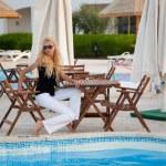 modelo caucásico sentado junto a una piscina — Foto de Stock   #1811497